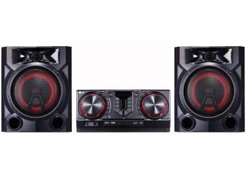 Mini System LG Bluetooth 810W Karaokê X Boom CJ65 por R$ 1.092,41 - Mini System LG Bluetooth Dual USB MP3 CD Player - Rádio AM/FM 810W Karaokê X Boom CJ65 O novo Mini System LG CJ65 X Boom têm 810W de potência, para você ouvir suas músicas preferidas em sua casa. O produto também é perfeito para ouvir as músicas do seu Smartphone, pois possui a função multi Bluetooth que possibilita parear até 3 dispositivos móveis simultaneamente e o aplicativo LG Music Flow Bluetooth que permite controlar todas as funções do aparelho em 3 smartphones ao mesmo tempo, como montar um playlist de músicas através da função Multi Playlist e controlar os efeitos das Luzes Multicoloridas das caixas do aparelho. Além de ter o design inspirado em uma mesa de DJ profissional o Mini System possui Luzes Multicoloridas que transformam sua casa em uma verdadeira balada. Conecte o produto à sua TV LG sem a necessidade de fios através da função Sound Sync Wireless para ampliar o som de seus programas favoritos. Com a função Move e Play basta você aproximar seu smartphone do Mini System para conecta-los automaticamente e começar a festa.